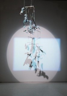 Anatomia da Luz #3, 2017 . bronze, modelo anatômico, espelho, cristal, cabo de aço, barras de metal, projetor de luz e vídeo . dimensões variáveis. Imagen cortesía  Casa Triângulo