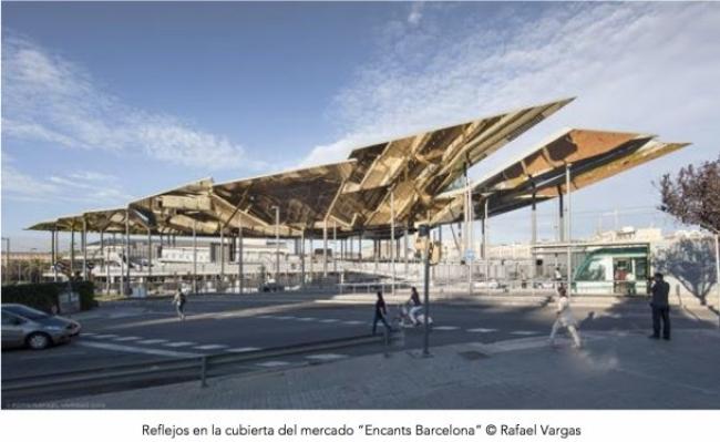 """Reflejos en la cubierta del mercado """"Encants Barcelona"""" © Rafael Vargas — Cortesía de Núñez & Iglesias PR"""