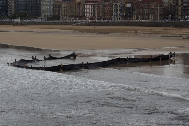 Sacar el mar, 2016. Intervención en la playa de San Lorenzo, Gijón. Proyecto de residencia en PACA.