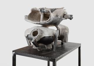 June Crespo, Helmets II, 2019, aluminio y cerámica, cm. 45x60x40 (soporte cm.75x47x95h) — Cortesía de la Fundación María José Jove