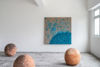 Untitled painting by Bosco Sodi, 2019, 186 x 186 cm - untitled sculptures, clay, 2019, 73-76 cm diameter © Axel Vervoordt Gallery — Cortesía de Axel Vervoordt Gallery