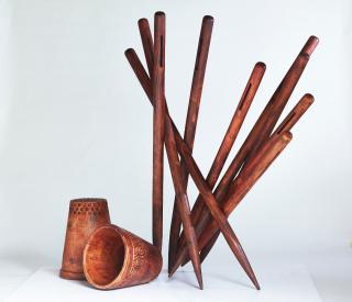 Agujas cayendo infinitamente _ María Guallar, talla en madera de cedro azul (200x200x240cm)