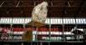 Imatge de la primera instal·lació, de gran alçada, ben visible i que se serveix de l'estètica pròpia de l'arqueologia, durant el muntatge — Cortesía de El Born CCM