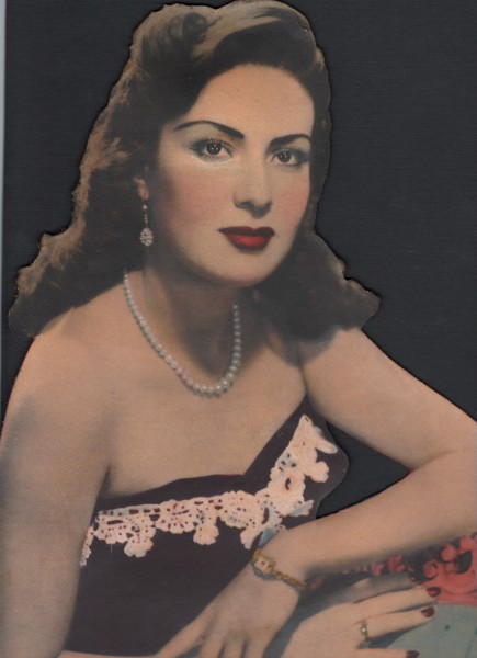Estudio Anónimo, Mujer con bustier y collar de perlas, México, ca. 1940. Copia plata gelatina de época pintada a mano, recortada y montada sobre cartón, 35,5 x 27,5 cm