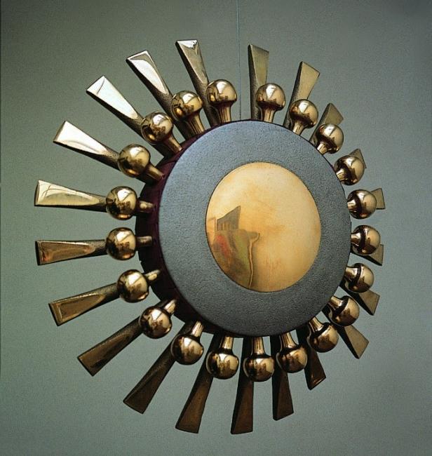 Germán Botero, CUSTODIA. Fundición de bronce y aluminio · 80 cm de diámetro x 14 cm de ancho · 2001 — Cortesía de la galería La Cometa