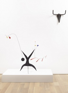 Alexander Calder, Untitled, c. 1942 © 2019 Calder Foundation, New York / VEGAP, Madrid // Pablo Picasso. Tête de taureau, París, 1942. © Sucesión Pablo Picasso, VEGAP, Madrid 2019 — Cortesía del Museo Picasso Málaga