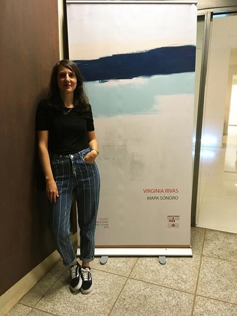 Virginia Rivas a la entrada de la exposición. Fotografía de Rodrigo Rivas — Cortesía de Julio Vázquez