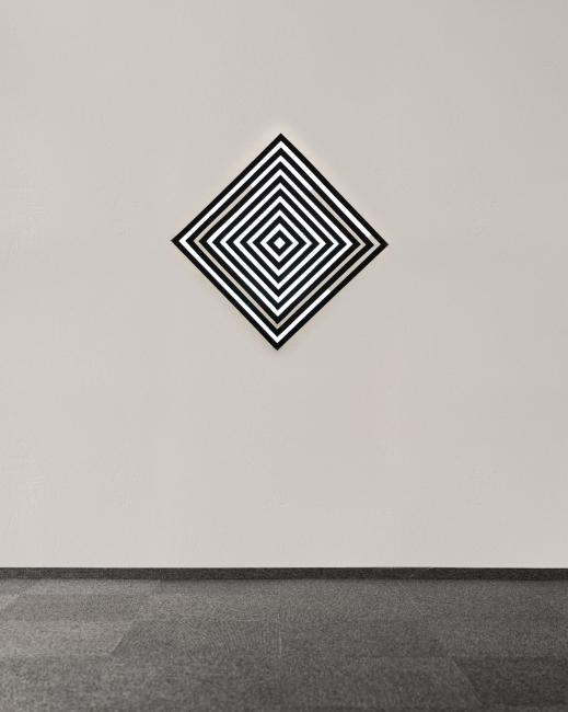 José García Vallés. System_v01.proyección sobre pared y vidrio adhesivado negro. 60x60 cm. 1´ loop. 2018 — Cortesía del comisario Antonio Jiménez García