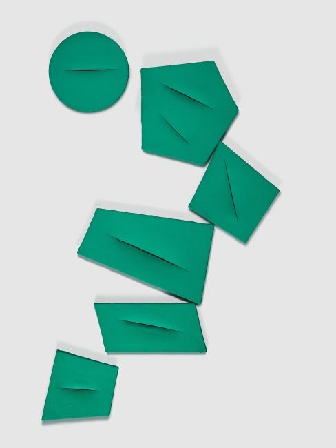 Lucio Fontana, Concepto espacial, Quanta, 1959. Pintura con base de agua sobre lienzo con cortes, 6 partes. Dimensiones variables. Colección particular, Italia © Fondazione Lucio Fontana, Bilbao, 2019 — Cortesía del Museo Guggenheim Bilbao