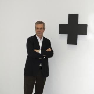 Miguel Marcos posando delante de una obra de Alan Charlton. Cortesía de Miguel Marcos.