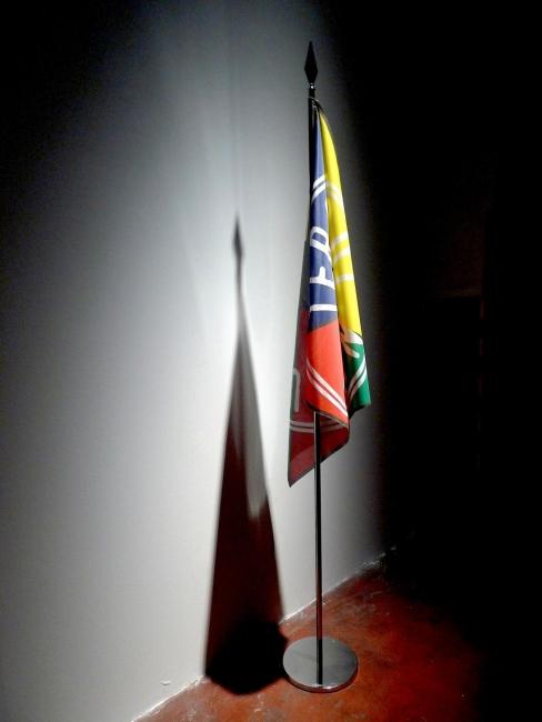 Bandera de Tierras de Nadie, 2002, obra de Concha Jerez   Artistas y OBRAS en el punto de mira