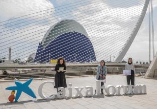 """De izquierda a derecha: la artista Anna Talens; la directora general adjunta de la Fundación """"la Caixa"""", Elisa Durán, y la artista Inma Femenía. Cortesía de la Fundación """"la Caixa"""""""