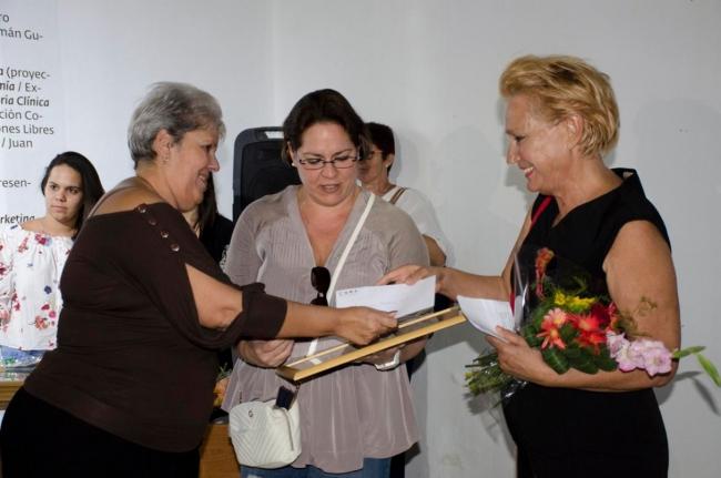 Entrega del Premio a Concha Fontenla (dcha.) y Meira Marrero (centro). Cortesía de Factoría Habana | La española Concha Fontenla recibe el Premio Nacional de Curadoría de Cuba 2017