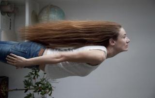 """""""Peinado para mujer voladora"""" de Cristina Lucas. Serie: Peinados. 70 x 100 cm. Fotografía color siliconada bajo metacrilato. 2011. Cortesía de Juana de Aizpuru"""