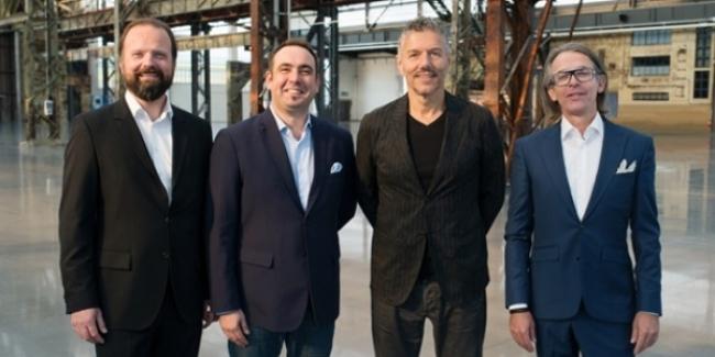 Responsables de MCH Group y ART DÜSSELDORF, posando con motivo del anuncio de la compra de un paquete accionarial de la feria alemana por MCH, en febrero de 2017 | Los dueños de Art Basel pierden su confianza en las ferias regionales