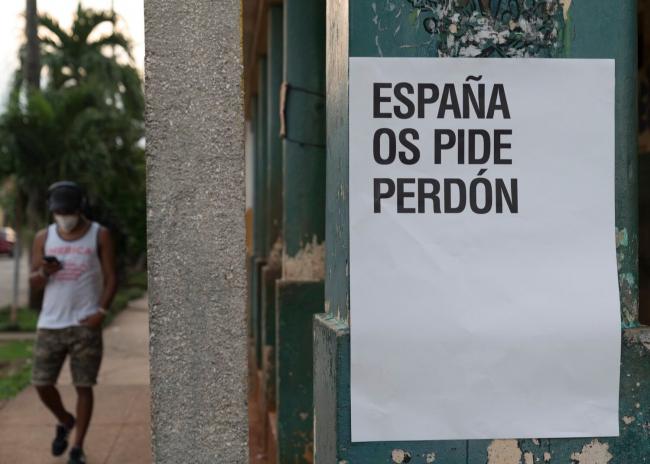 'España os pide perdón', de Abel Azcona. Imagen extraída de su cuenta de Twitter | Decolonialismo, poscolonialismo y cuestionamiento colonial en 11 artistas