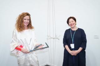 La diseñadora, coleccionista y mecenas Catalina D'Anglade (Izqda.) y Maribel López, directora de ARCOmadrid. Fotografía vía nota de prensa con motivo del fallo del IV Premio de Arte Catalina D'Anglade. Cortesía de Cano Estudio