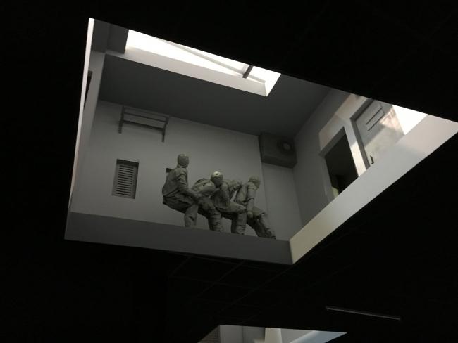 Una vista de la instalación 'Double Bind' de Juan Muñoz en Planta de la Fundació Sorigué, en Balaguer (Lleida)   Más y más demostración de poderío: David Zwirner se queda el Legado de Juan Muñoz