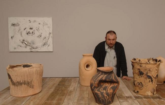 Miquel Barceló posando delante de sus creaciones. Cortesía de la Galería Elvira González (Madrid) | 20 artistas iberoamerican@s trabajando con cerámica