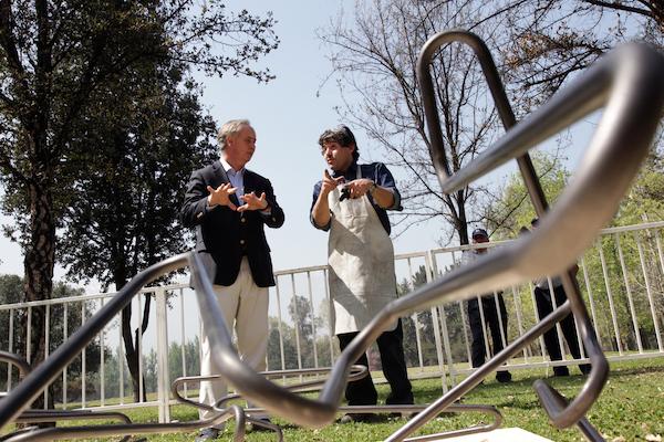 """Simposio de Esculturas Las Condes 2014   El Simposio de Esculturas Las Condes reúne nueve escultores chilenos trabajando el acero """"in situ"""""""