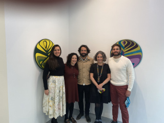 Equipo de plusartis y dos artistas (de izq. a dcha, Gabriela Gonzalez, Yanelis Mora, Alejandro Campins, Raymaluz González y Luis Sicre). Cortesía de plusartis