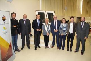 Autoridades asistentes a la rueda de prensa para dar a conocer el fallo del Jurado posan ante la obra ganadora y las finalistas. Cortesía Universidad de Córdoba.