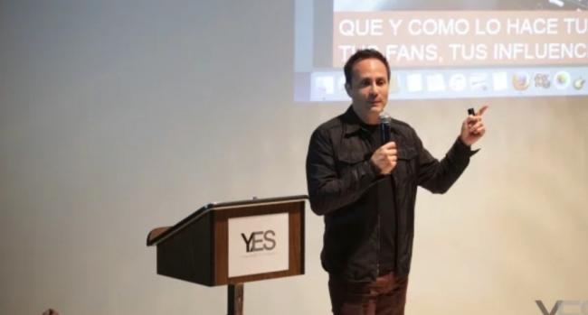 Fotograma de la intervención del fundador de YES, Mario Cader-Frech, en la YES Academia de Artistas de 2017 | La Fundación Museo Reina Sofía sigue sumando mecenas latinoamericanos