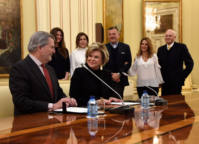 Íñigo Méndez de Vigo y Ella Fontanals-Cisneros en la firma del Memorando. Cortesía del MECD   El MECD y la CIFO sientan las bases de la Colección de Arte Contemporáneo de las Américas en Tabacalera