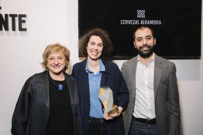 Alicia Ventura e Irma Álvarez-Laviada (centro), ganadora del IV Premio Cervezas Alhambra de Arte Emergente. Cortesía de ARCOmadrid | El arte joven iberoamericano: el gran triunfador de los premios ARCO, JUSTMAD y Drawing Room 2020