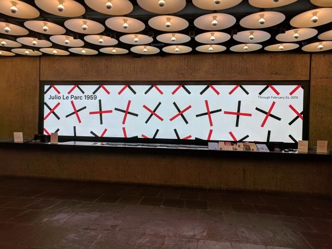 Imagen del lobby del MET-Breuer   Se encienden las luces de Nueva York para Julio Le Parc a los 90 años
