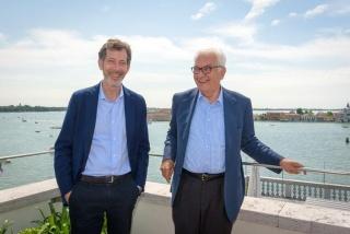 El presidente de la Bienal de Venecia, Paolo Baratta (dcha.), y el curador de la 58ª Bienal de Venecia, Ralph Rugoff. Cortesía de la Bienal de Venecia