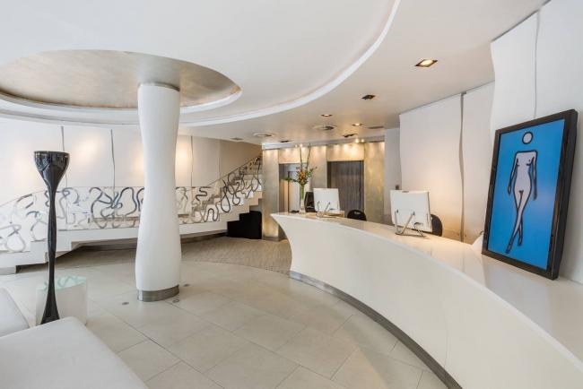La obra 'Suzanne walking forwards' del videoartista Julian Opie con la imagen de una mujer desnuda andando en el lobby de Room Mate Alicia (Madrid). Cortesía de Room Mate Hotels | ¿Qué hoteles españoles apuestan por el arte?