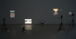 Instalación de Lotty Rosenfeld en Galería Aninat. Cortesía de SISMICA