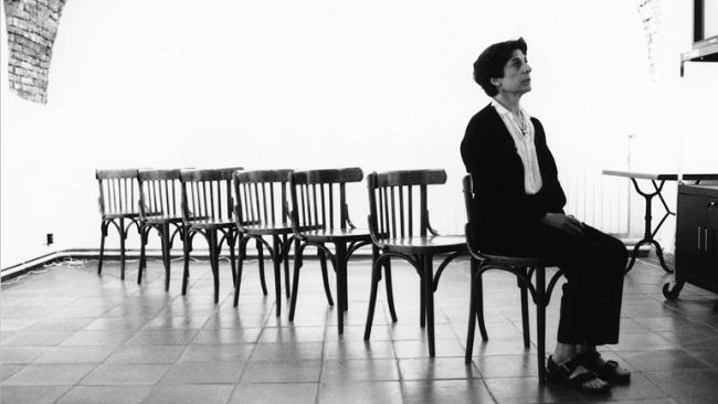 Esther Ferrer, Canon para siete sillas. Performance, 1990. Cortesía del Museo Reina Sofía   Tres comisarios de museos españoles seleccionan nueve artistas a seguir