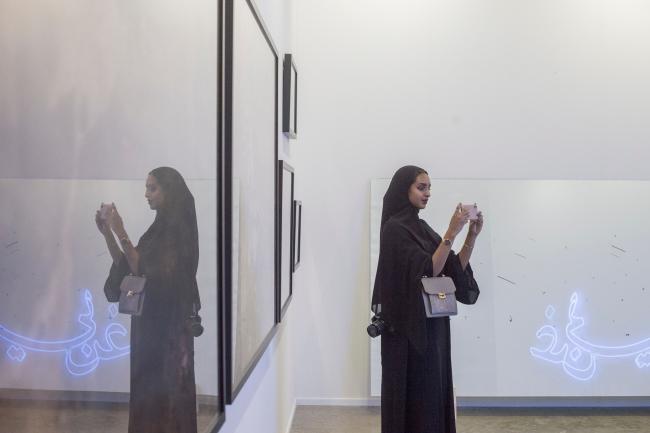 Visitante en Art Dubai. Cortesía de Photo Solutions | Una Art Dubai 2019 muy latinoamericana: conversamos con Pablo del Val y Fernanda Brenner