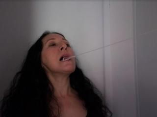 """Janet Toro ejecutando """"Mutismo"""", una de las performances realizadas el pasado mes de abril en el marco de esta pandemia, la aislación social, la distancia y los estados de excepción. Fotografía de Maruclea Ramírez. Cortesía de la artista."""