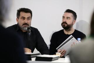 A la izqda.,Cristóbal Gumucio, director ejecutivo de Matucana 100, junto al curador español Agustín Pérez Rubio, en el lanzamiento de un libro sobre la artista Voluspa Jarpa.