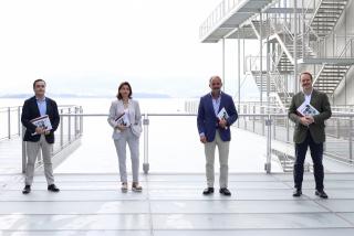 Fátima Sánchez Santiago, Directora ejecutiva del Centro Botín, e Íñigo Sáenz de Miera, Director general de la Fundación Botín ( en el centro de la imagen). Fotografía de Belén de Benito