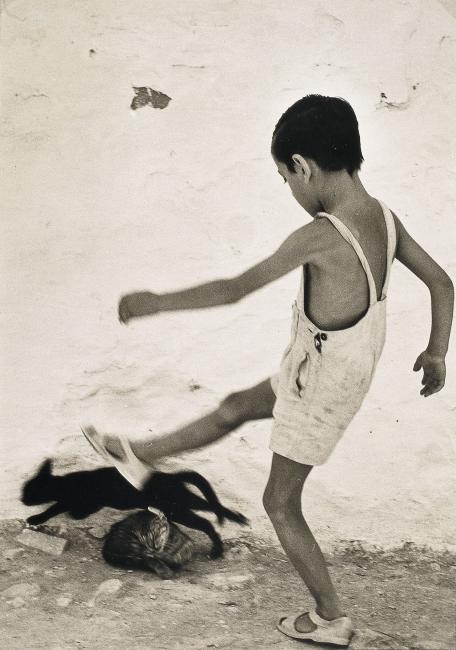 Nen d'Eivissa, Oriol Maspons, 1954 © Oriol Maspons, VEGAP, Barcelona, 2018. Cortesía del MNAC | #loquehayquever en España: Barcelona, epicentro de la fotografía