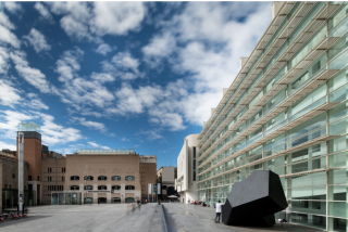 Vista exterior del Museu d'Art Contemporani de Barcelona (MACBA). Fotografía de Miquel Coll. Cortesía del MACBA