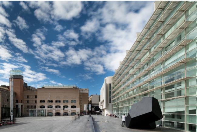 Vista exterior del Museu d'Art Contemporani de Barcelona (MACBA). Fotografía de Miquel Coll. Cortesía del MACBA | A vista de pájaro: MACBA, Union AC, DKV, ARCO, Mayoral, Hauser & Wirth Menorca, Christie's España, Ignasi Aballí y más