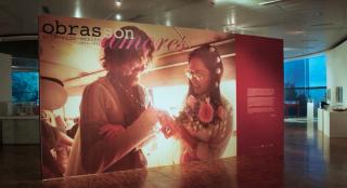 """Captura de imagen del video con entrevistas a los artistas de la exposicio?n """"Obras son Amores"""""""