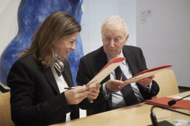 Sara Puig y Antoni Vila Casas durante la firma del acuerdo de colaboración estable vinculado a la Colección Joan Miró. Cortesía de la Fundació Joan Miró | 8 nuevos acuerdos y colaboraciones dentro del espacio iberoamericano del arte