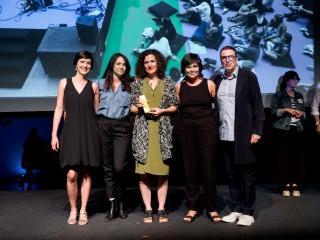 Lucía Casani, directora del centro, recoge el el premio Laus. La primera por la izquierda, Mireia Saura, coordinadora de comunicación de La Casa Encendida