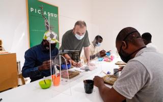 """El artista Miquel Barceló en uno de los talleres del proyecto de inclusión social """"Habla el barro"""". Cortesía del Museo Picasso Málaga"""