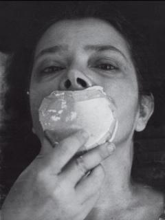 Amelia Toledo moldeando su propia boca en proceso para la exposición 'Emergências', en el MAM, de Rio de Janeiro, 1975 Foto: Henry Stahl. Cortesía del Legado de la artista.