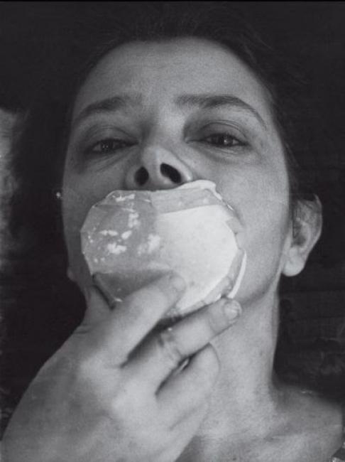Amelia Toledo moldeando su propia boca en proceso para la exposición 'Emergências', en el MAM, de Rio de Janeiro, 1975 Foto: Henry Stahl. Cortesía del Legado de la artista.   Galería Nara Roesler sigue repescando artistas y sumando legados: Amelia Toledo