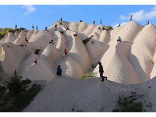 Obra de Maider López. 25 people on 25 hill, 25 people on 1 hill. Cappadocia – Turkey, 2015