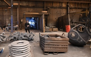 """Teresa Margolles en una acería belga para la exposición """"Te alineas o te alineamos"""", en el BPS22 - Musée d'art de la Province de Hainaut. Cortesía de Teresa Margolles"""