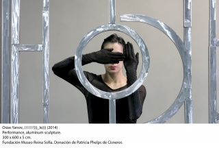 Osías Yanov. ///////)))_IO))). 2014. Performance, escultura de aluminio. 300 x 600 x 5 cm. Fundación Museo Reina Sofía. Donación Phelps de Cisneros